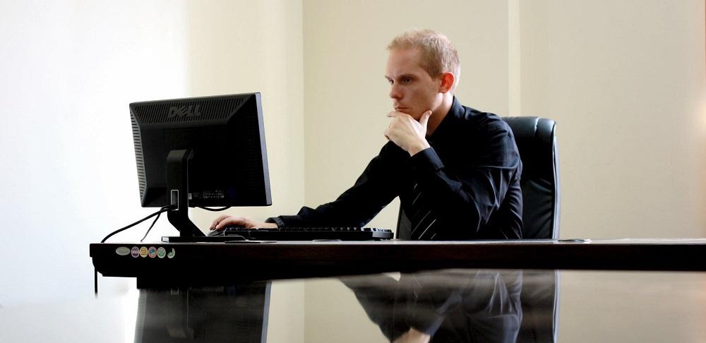 Zdjęcie: mężczyzna przed komputerem
