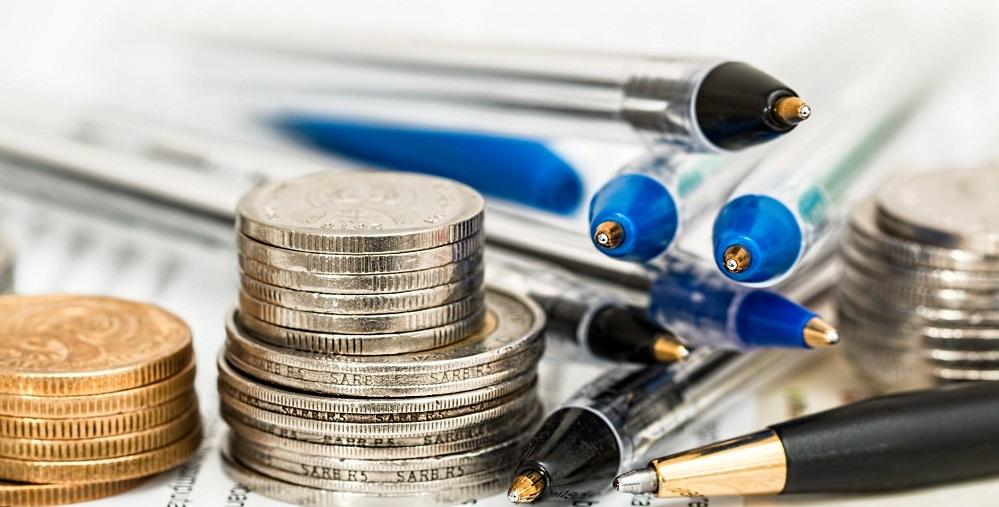 Zdjęcie: monety i długopisy