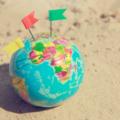 Globus z wbitymi flagami