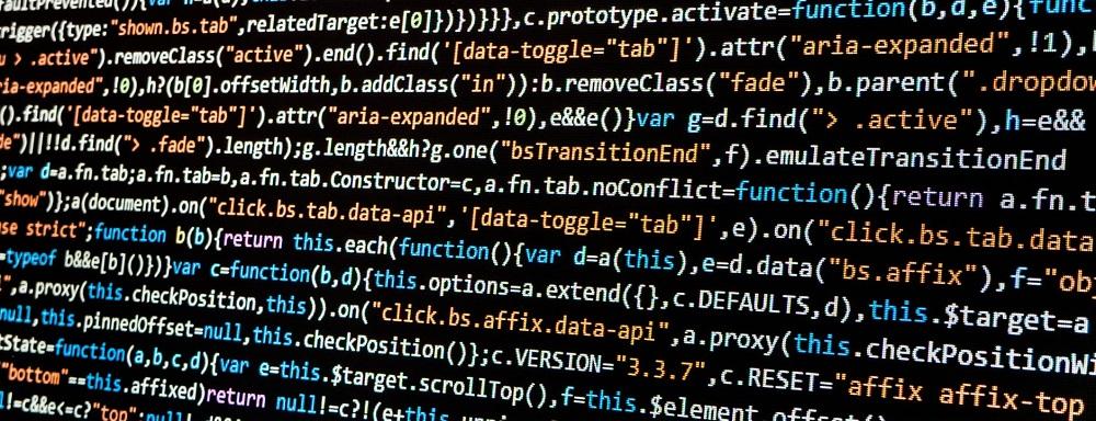 Zdjęcie: kody informatyczne na czarnym ekranie