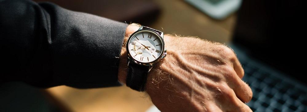 Zdjęcie: zegarek na ręce (doradca inwestycyjny 2 etap)