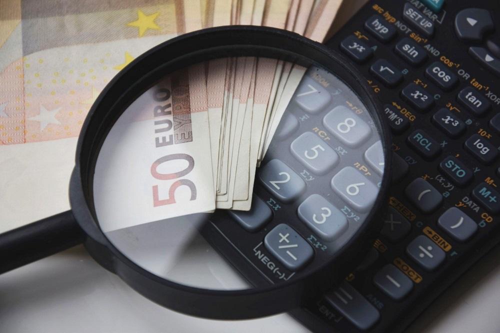 Zdjęcie: lupa, pieniądze, kalkulator - podatek za 2018