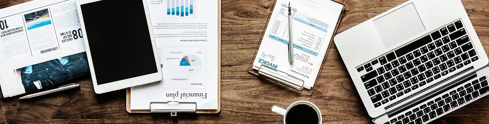 Podatki 2018. Zdjęcie - komputer, dokumenty, kawa