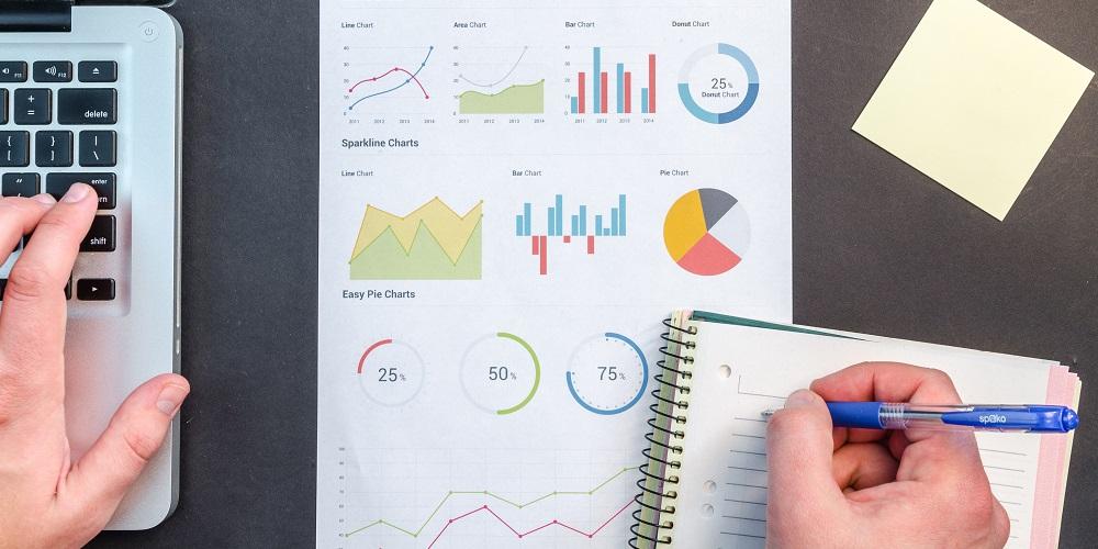 Zdjęcie: planowanie finansów - komputer, notatki, wykresy