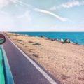 Zdjęcie: samochód jadący nadmorską drogą