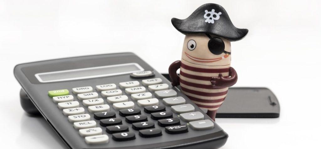 Zdjęcie: Figurka pirata z kalkulatorem. Podatek PIT za 2019 - ulgi i odliczenia.